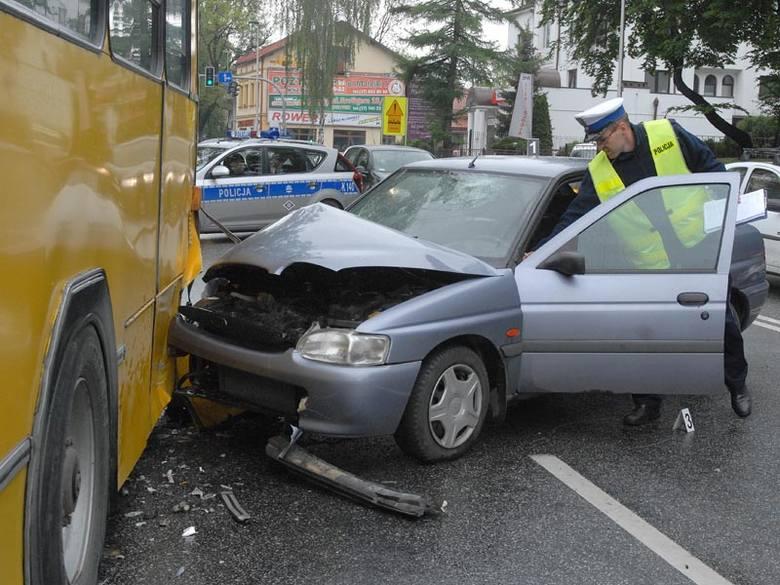 Zderzenie autobusu z fordem. Kierowca osobówki jest w ciężkim stanie [ZDJĘCIA]