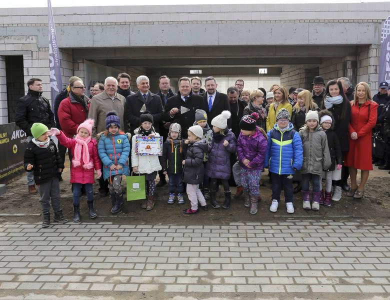 Przedszkole w Grabówce będzie gotowe już 1 września. 26 marca było wmurowanie kapsuły czasu