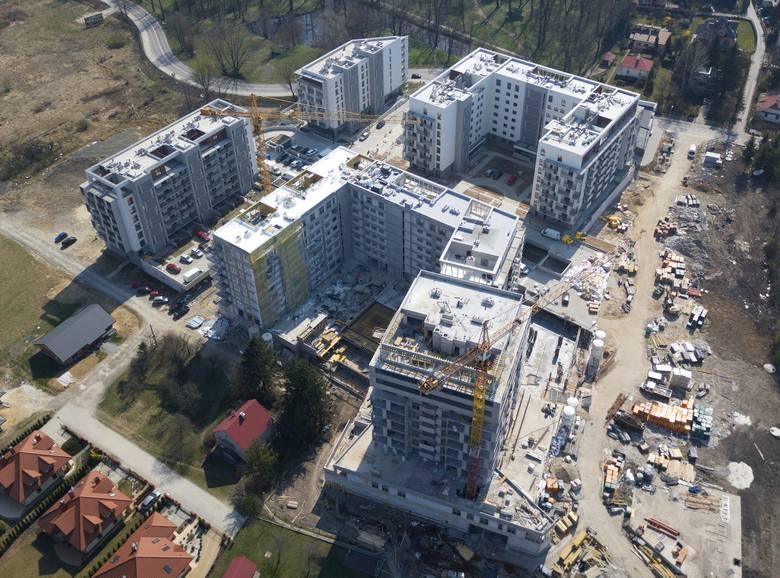Kilku deweloperów buduje swoje osiedla na terenie pomiędzy al. Armii Krajowej a ul. Witolda w Rzeszowie. W sumie ma tu powstać kompleks złożony z niższych