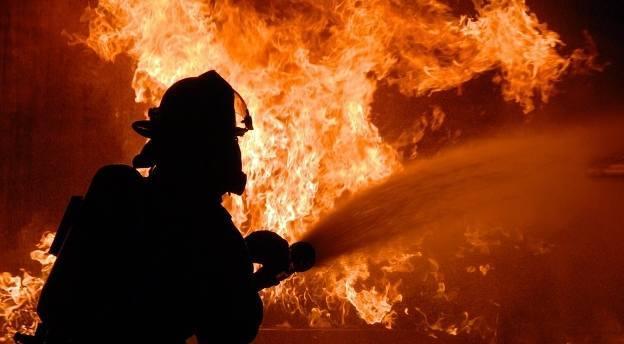 Trwa gaszenie zakładu stolarskiego w Strażowie koło Rzeszowa. Paliło się całe poddasze, uratowano maszyny i króliki