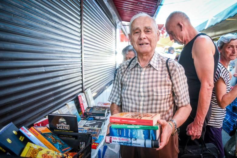 Zenon Fabiś nadal sprzedaje książki na rynku Jeżyckim.