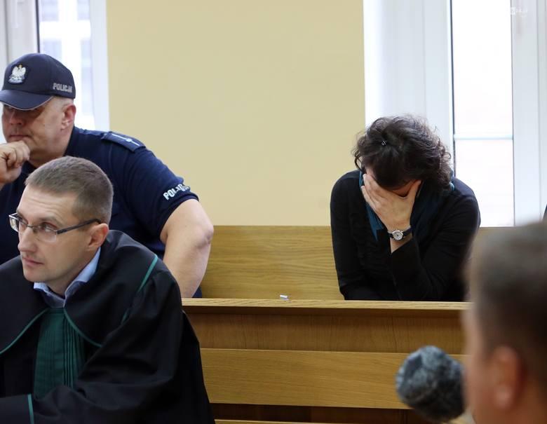 Pierwsza rozprawa pokazała linię obrony oskarżonej Pauliny M. (na zdjęciu z adwokatem). Kobieta o swoje zachowanie obwinia męża