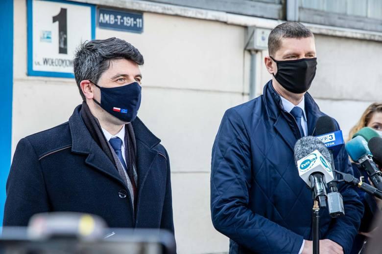 Konferencja Dariusza Piontkowskiego i Mariusza Gromko (PiS) przed szpitalem tymczasowym przy ul. Wołodyjowskiego w Białymstoku (15.03.2021 r.)