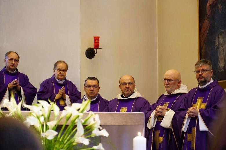 Wśród duchownych koncelebrujących mszę pogrzebową pojawił się m.in. ojciec Tadeusz Rydzyk. Spółka Rafako, której prezesem był Jerzy Wiśniewski, wiosną