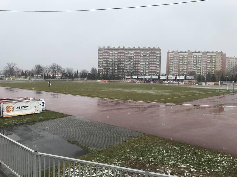 Tak wyglądał stadion Resovii w piątek w godzinach południowych. Mecz powinien się odbyć.
