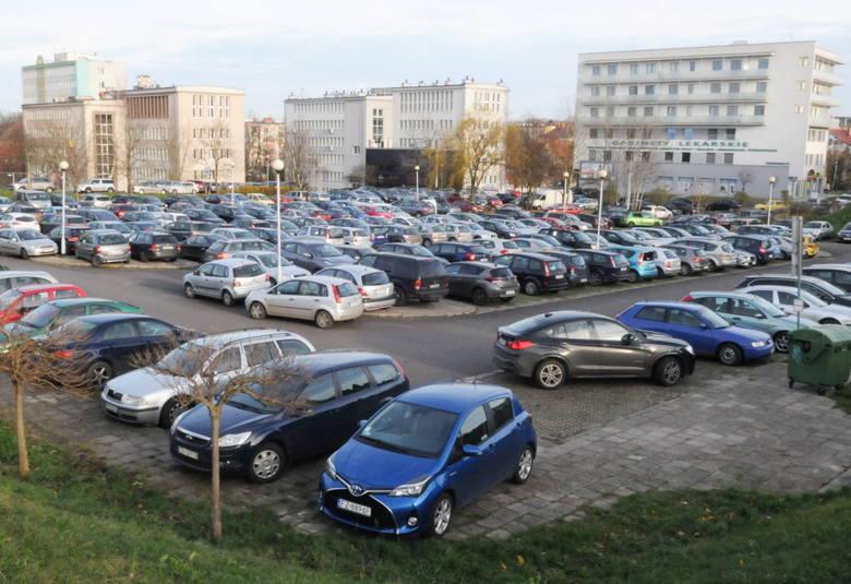 Największy miejski parking w Zielonej Górze jest od lat zajęty przez większość dnia. Parkują tam pracownicy okolicznych instytucji, głównie Lubuskiego