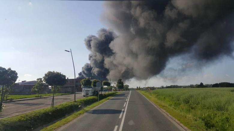 W Markowej koło Łańcuta pali się skład opon. Zdjęcia dostaliśmy od Czytelników na na naszym profilu facebookowym i na maila alarm@nowiny24.pl.- Informuję
