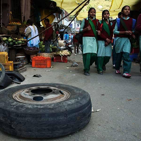 Boczna uliczka na targu w pachnącym trawą Manali