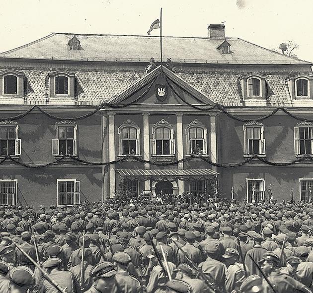 Oddziały Związku Strzeleckiego przed pałacem w Rybnej. Maj 1937 roku