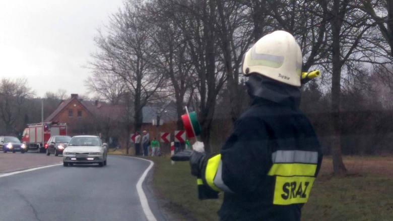 Do wypadku doszło w niedzielę 6 marca niedaleko Gronowa. Około godz. 15.40 z drogi wypadło bmw. – Nie mamy jeszcze informacji na temat liczby osób, które