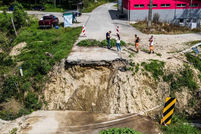 """Ruszyła budowa mostu tymczasowego w Handzlówce. Mieszkańcom pomogły """"Nowiny"""""""
