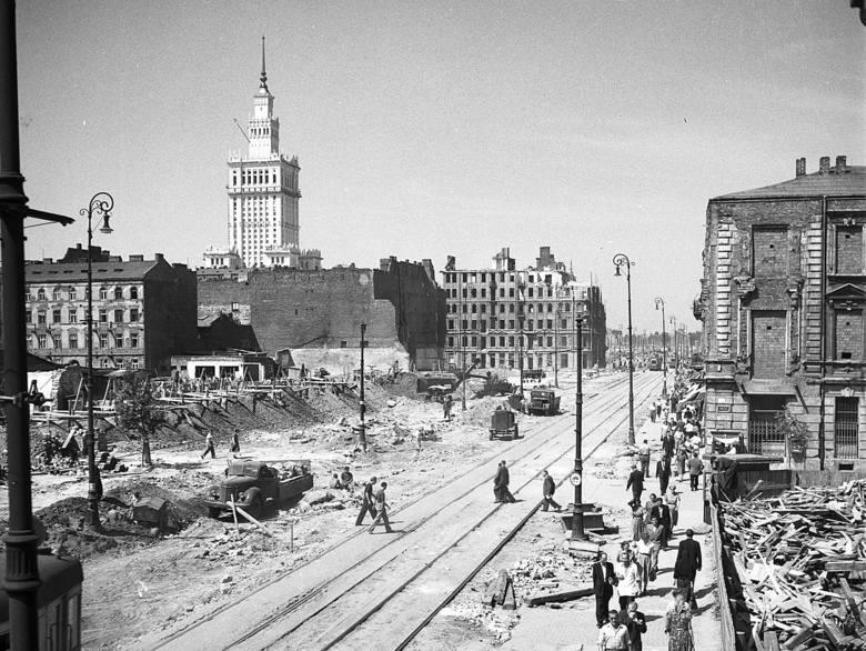 Codzienny widok w Warszawie lat 50. Przepełniony ponad wszelką miarę tramwaj linii 23 w Al. Jerozolimskich. 1956 r.