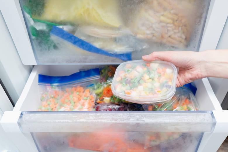 Co można zamrozić? Więcej niż ci się wydaje! Zamiast wyrzucać jedzenie, sprawdź, co możesz przechować w zamrażalniku i wykorzystaj tę wiedzę w swojej