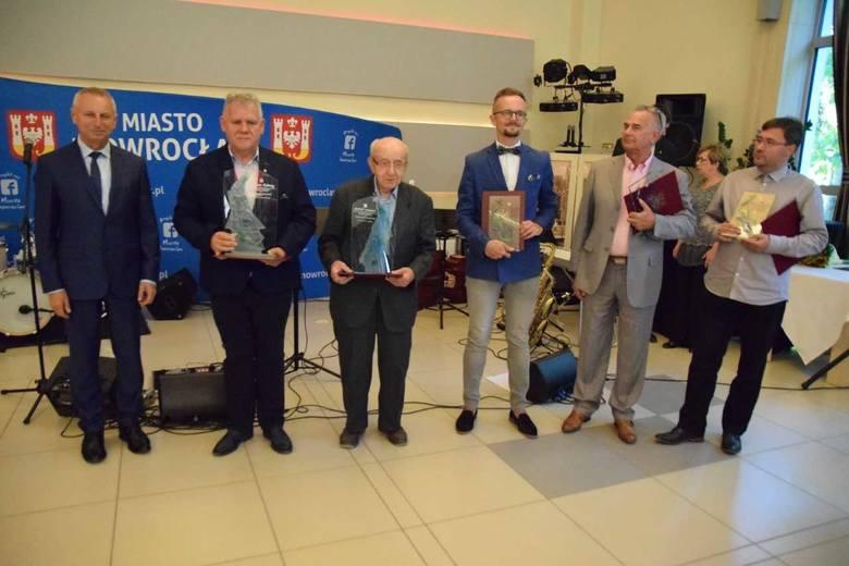 """Migawka z gali w """"Inowrocławiance"""". Od lewej: prezydent Ryszard Brejza, Grzegorz Kaczmarek, Zbigniew Raczkowski, Michał Łoniewski,"""