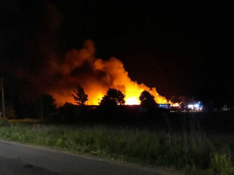 Kłęby czarnego dymu unosiły się nad Łabiszynem w powiecie żnińskim. Ogień pojawił się około godziny 23 w niedzielę, 13 maja na terenie firmy znajdującej