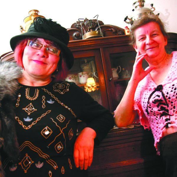Helena Miszkin (z lewej) angielski kapelusz kupiła specjalnie na film, okazyjnie w szmateksie, a Helena Nicewicz zagrała w różowej dzierganej bluzce,