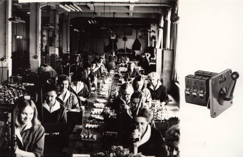 Zdjęcie z albumu wydanego na 25-lecie Apatora. Widzimy linię montażu przełączników kierunku obrotów, a obok załącznik krzywkowy typu Łuk 40, który - jak mówi Władysław Wiatrowski - pomógł zelektryfikować Polskę.