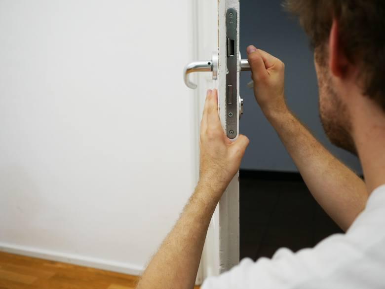 Rośnie liczba włamań do mieszkań a złodzieje są coraz bardziej pomysłowi i wykorzystują coraz to nowsze patenty na sprawdzenie, czy mieszkańcy wyjechali