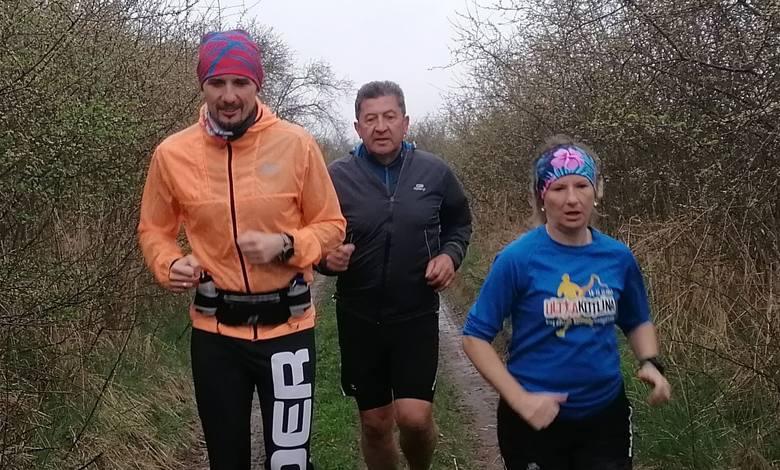 Grupa przyjaciół tworzących amatorską drużynę sportową,= nie odpuszcza biegów nawet w deszczu. Tak Marcin Szczurkiewicz z Kabaretu Skeczów Męczących