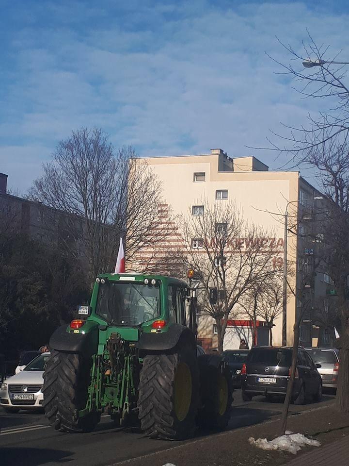 Ulica Mickiewicza i przejeżdżające nią powoli ciągniki