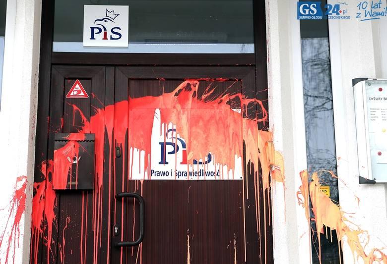 Atak na siedzibę PiS przy ul. Mickiewicza. Ktoś oblał drzwi farbą