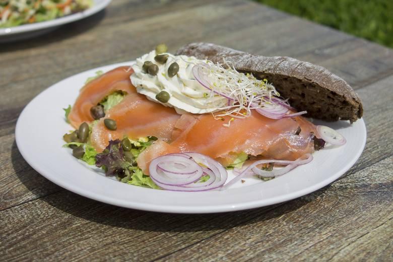 W ramach śniadania warto też sięgać po tłuste morskie ryby, które są bogatym źródłem niezbędnych wielonienasyconych kwasów tłuszczowych omega-3. Wędzony