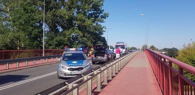 W niedzielę kilka minut po godz 10 na ul. Kołobrzeskiej w Białogardzie doszło do wypadku drogowego z udziałem dwóch aut osobowych marki Toyota i BMW.