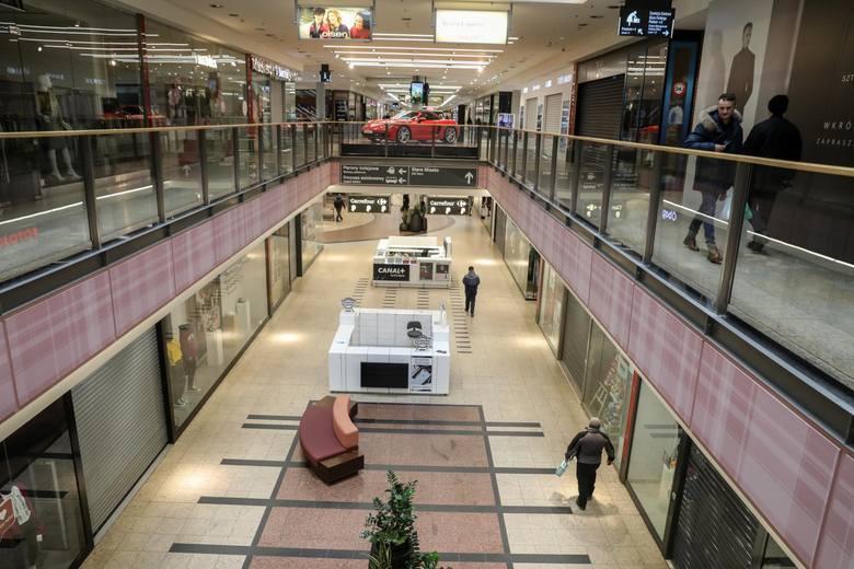 W galeriach handlowych pustki. Większość sklepów jest zamknięta z powodu zagrożenia koronawirusem