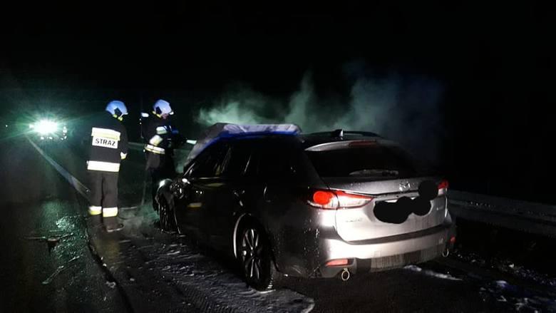 Trzy zastępy straży przez ponad godzinę gasiły płonący samochód na drodze ekspresowej S8 na wysokości Lututowa. Mimo akcji strażaków pojazdu nie udało