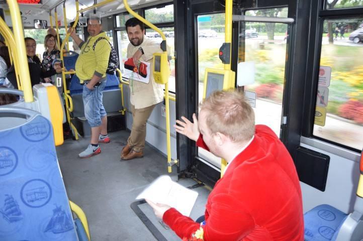"""Narodowe Czytanie. """"Wesele"""" w gdyńskich trolejbusach [WIDEO,ZDJĘCIA]"""