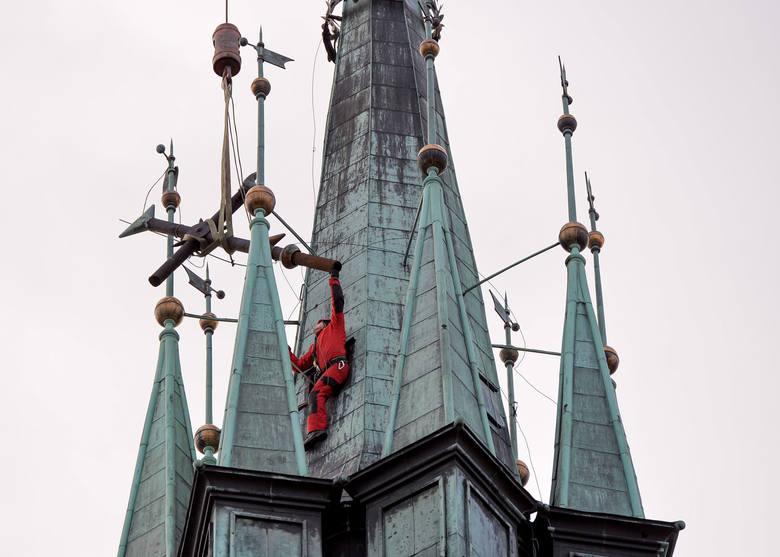 Strażacy ze Specjalistycznej Grupy Ratownictwa Wysokościowego w Rzeszowie z pomocą dźwigu z przemyskiej firmy Bacza, zabezpieczyli złamany przez wiatr