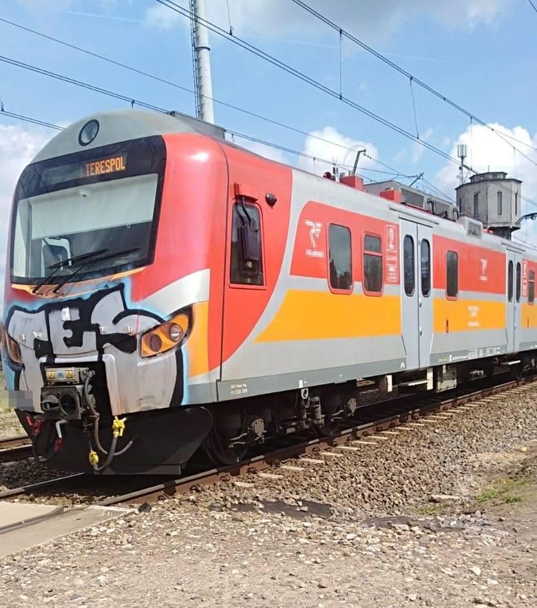 Tragiczny wypadek na przejeździe kolejowym w powiecie bialskim. Pociąg osobowy potrącił kobietę
