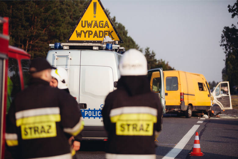 Utrudnienia i ruch wahadłowy na krajowej dziesiątce z powodu zderzenia trzech aut - dwóch osobowych i jednego ciężarowego - do którego doszło we wtorek