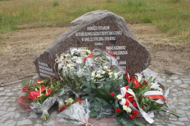 Obelisk, ustawiony przy drodze w miejscu tragedii, upamiętniający ofiary katastrofy pod Osiecznicą.