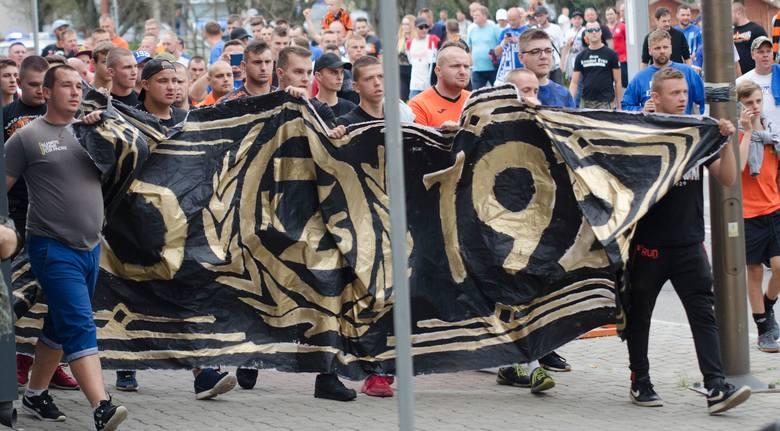 Wielu kibiców KSZO 1929 Ostrowiec i zaprzyjaźnionego Lecha Poznań wzięło udział w obchodach 90-lecia KSZO. Był uroczysty przemarsz kibiców na stadion
