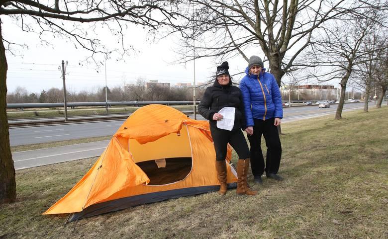 Para zamieszkała  w namiocie przy al. Włókniarzy!