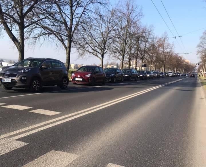 Sznur aut na Drodze Męczenników Majdanka w Lublinie