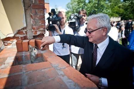 Rektor PŁ prof. Stanisław Bielecki wmurowuje akt erekcyjny