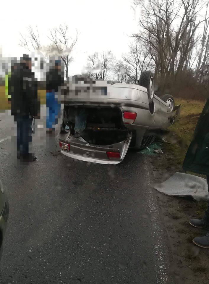 Dachowanie opla na drodze Strzelin - Wrocław. Są utrudnienia