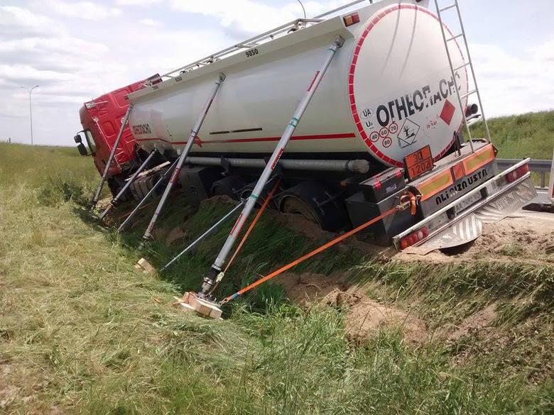 Ukraińska ciężarówka wpadła do rowu na zjeździe z autostrady [ZDJĘCIA INTERNAUTY]