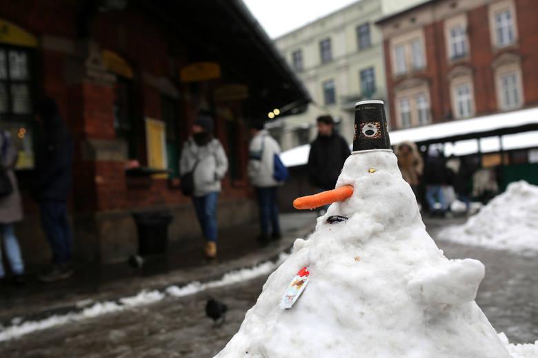 Atak zimy w Krakowie: śnieg i trudna sytuacja na drogach [ZDJĘCIA]