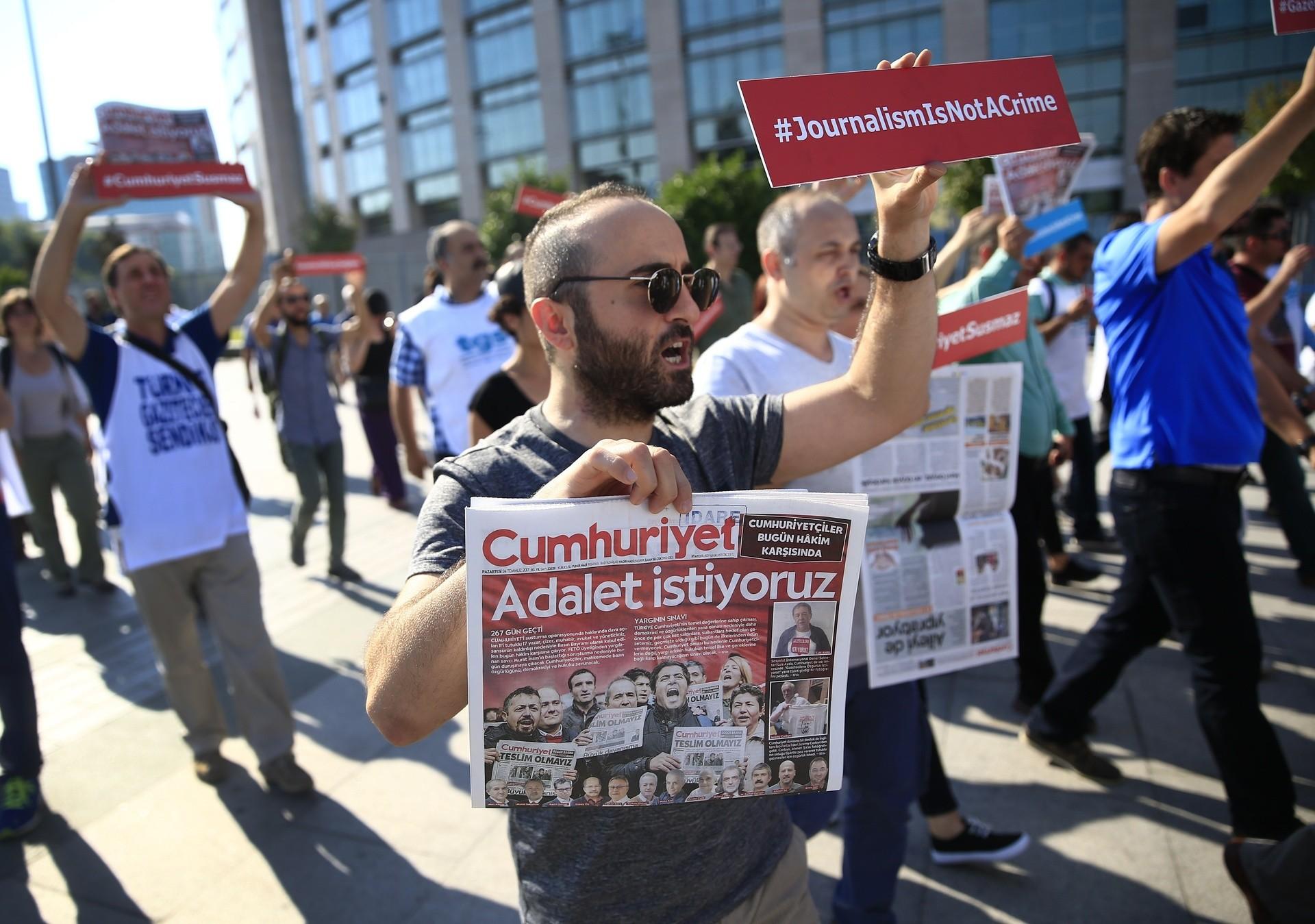 c8d63d3cee RUPTLY x-news Chodzi o kilkunastu dziennikarzy gazety Cumhuriyet.  Dziesięciu z oskarżonych od prawie dziewięciu miesięcy przebywa w areszcie.