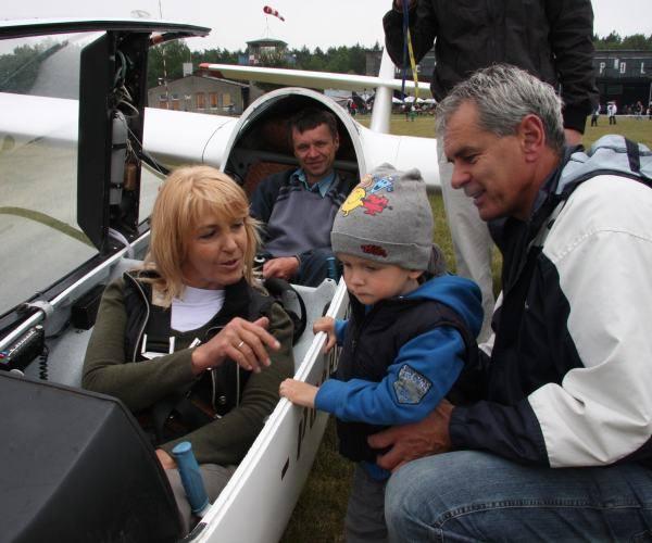 Mały Leon z dziadkiem Januszem Mączke z przejęciem oglądał, jak jego babcia Beata usadowiła się w kabinie szybowca.