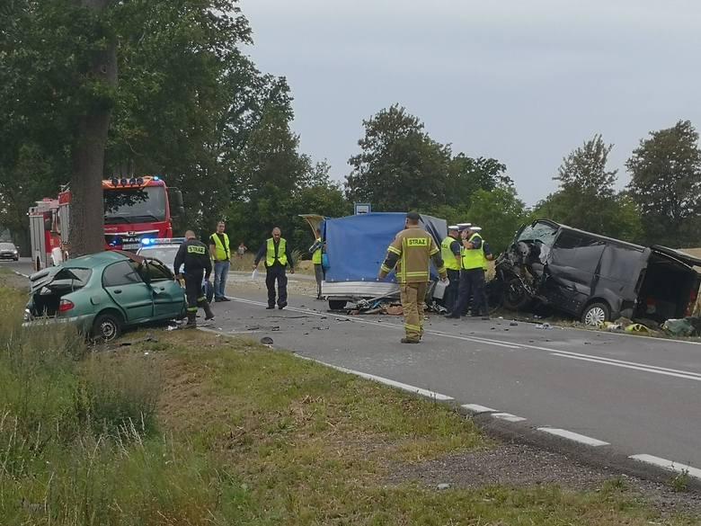 Do tragicznego w skutkach wypadku doszło w okolicach Czaplinka. Kierowca auta osobowego zginął na miejscu. Jego pasażer  i czterech pasażerów busa trafiło