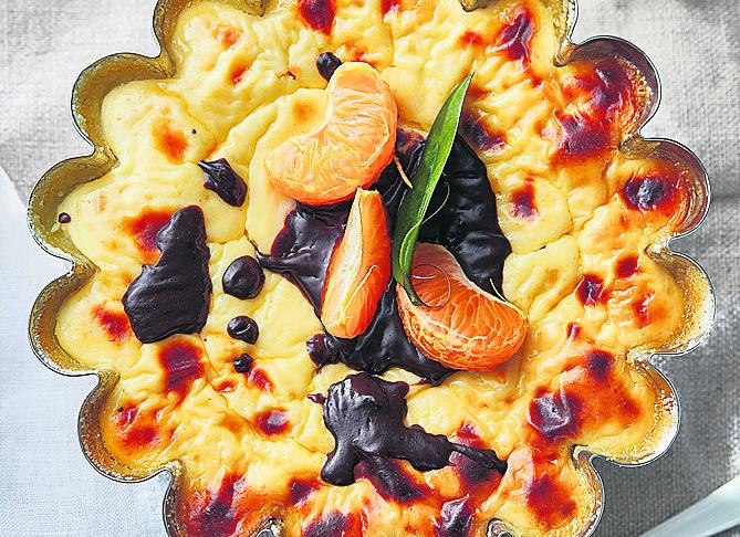 <strong>Włoski sernik</strong><br /> Składniki: 500 g sera ricotta, 50 g rodzynek, <br /> 50 ml soku pomarańczowego, 2 jajka, <br /> 2 łyżki kaszy manny do ciasta oraz 2 dodatkowo do obsypania blachy, <br /> 100 g cukru pudru (najlepiej trzcinowego) i sok z jednej cytryny.<br /> <br /> Rodzynki...