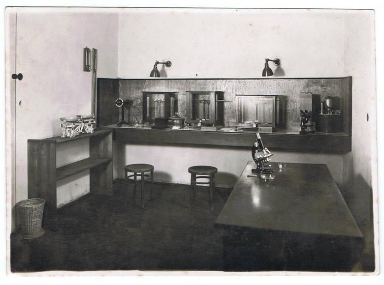 Laboratorium przy ulicy Radziwiłłowskiej 5 w Lublinie, należące do Spółdzielni Związek Pszczelarski spółka z ograniczonymi udziałami. Zdjęcie zostało wykonane w 1942 r., samo laboratorium działało do 1948 r.