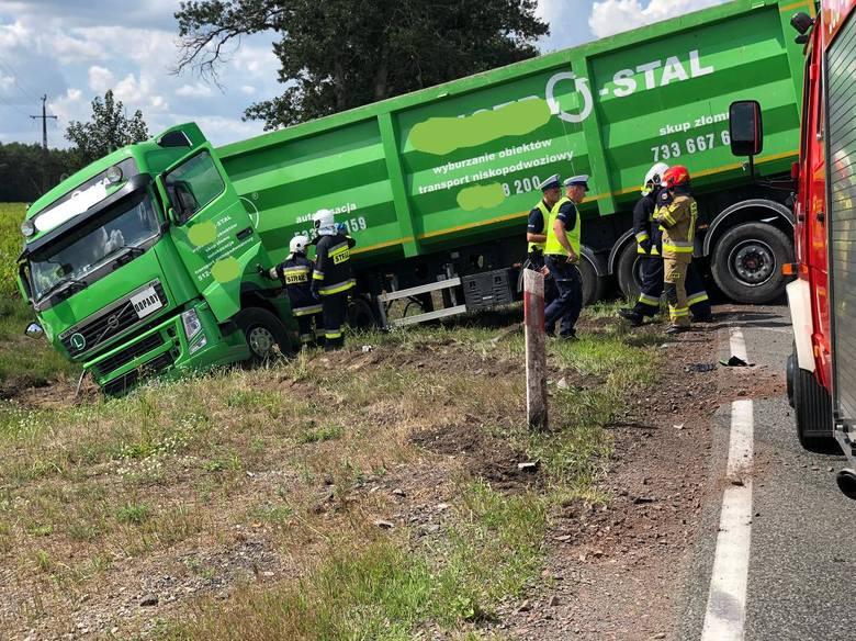Do zderzeniu samochodu ciężarowego z busem doszło 8.08 na DK 10 w pobliżu miejscowości Makowiska. Samochody zablokowały oba pasy ruchu. Na szczęście