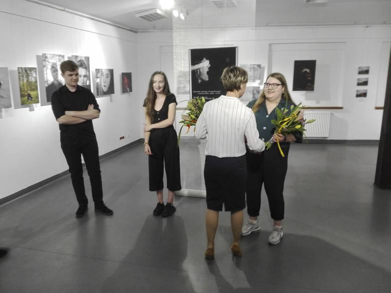 """W piątek, 5 czerwca, odbył się wernisaż wystawy fotograficznej """"Homine"""", na którym swoje prace portretowe prezentowało trzech uczniów"""