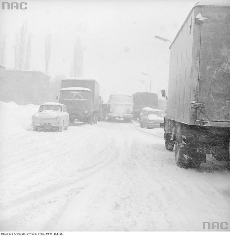 Korki na zasypanej jezdni w czasie Zimy Stulecia