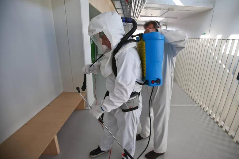 Z sali, w której przebywa grupa, należy usunąć przedmioty i sprzęty, których nie można skutecznie umyć, uprać lub dezynfekować. Przybory do ćwiczeń (piłki,